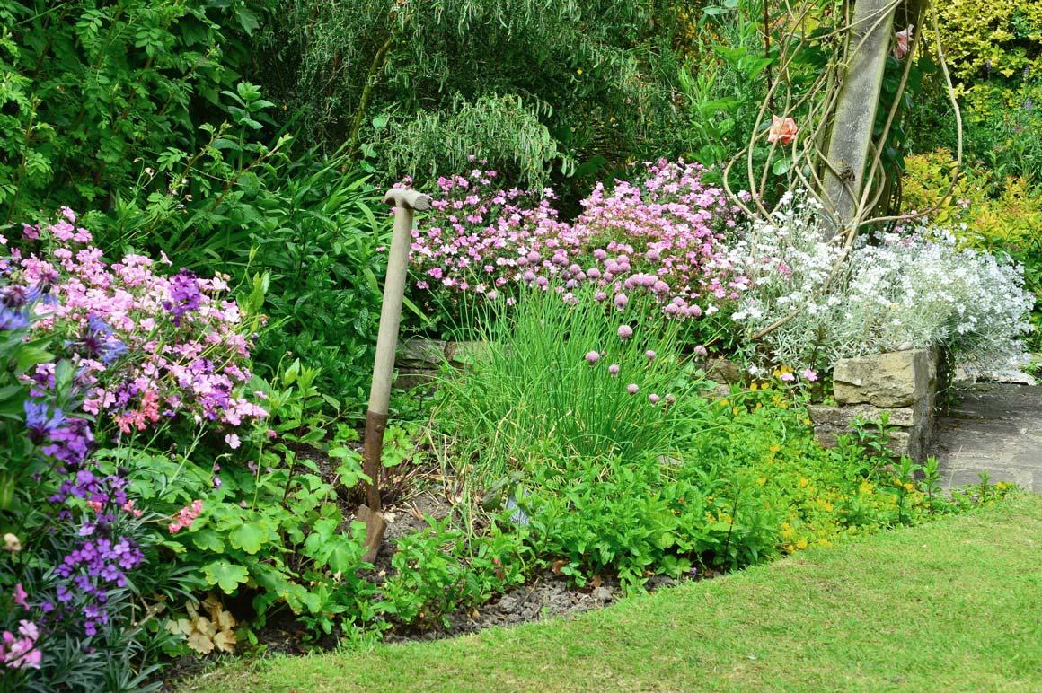 http://www.lesarbres.com/wp-content/uploads/2016/04/LesArbres-gardening_open-03-opt.jpg